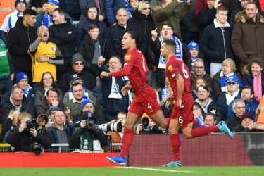 Com dois de Van Dijk, Liverpool bate o Brighton e dispara na liderança