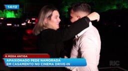 À moda antiga: apaixonado pede namorada em casamento no cinema drive-in