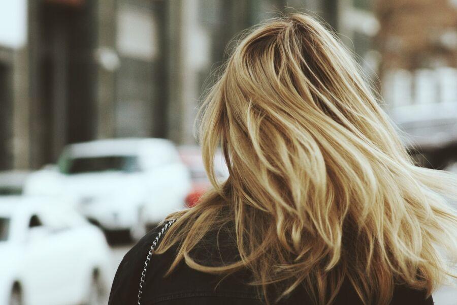 Entenda como a terapia com luz de LED pode te ajudar a ter cabelos mais fortes e bonitos