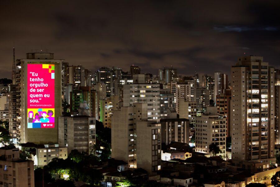 Imagens projetadas em cinco capitais incentivam o amor sem moderação