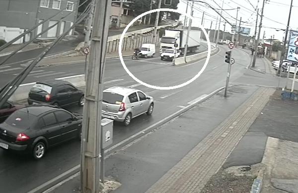 Câmera flagra acidente com caminhão-baú na Rodovia Dep. João Lepoldo Jacomel