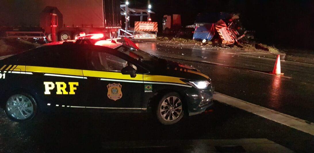 Acidente entre duas carretas deixa ferido e trânsito bloqueado na BR-116