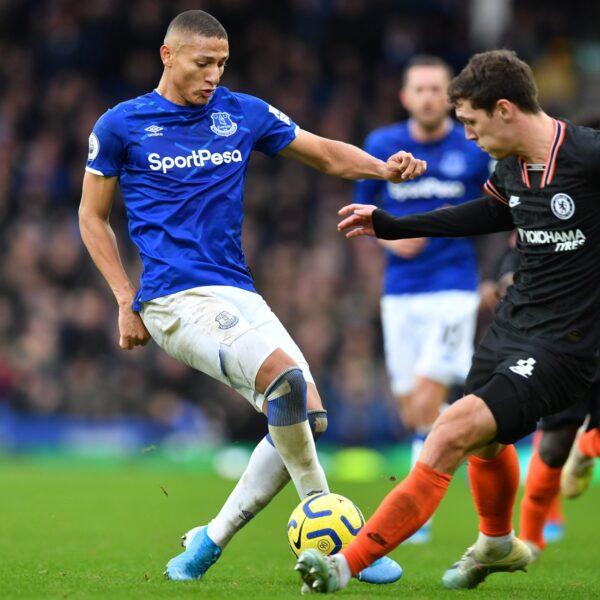 Com gol de Richarlison, Everton bate o Chelsea pelo Inglês