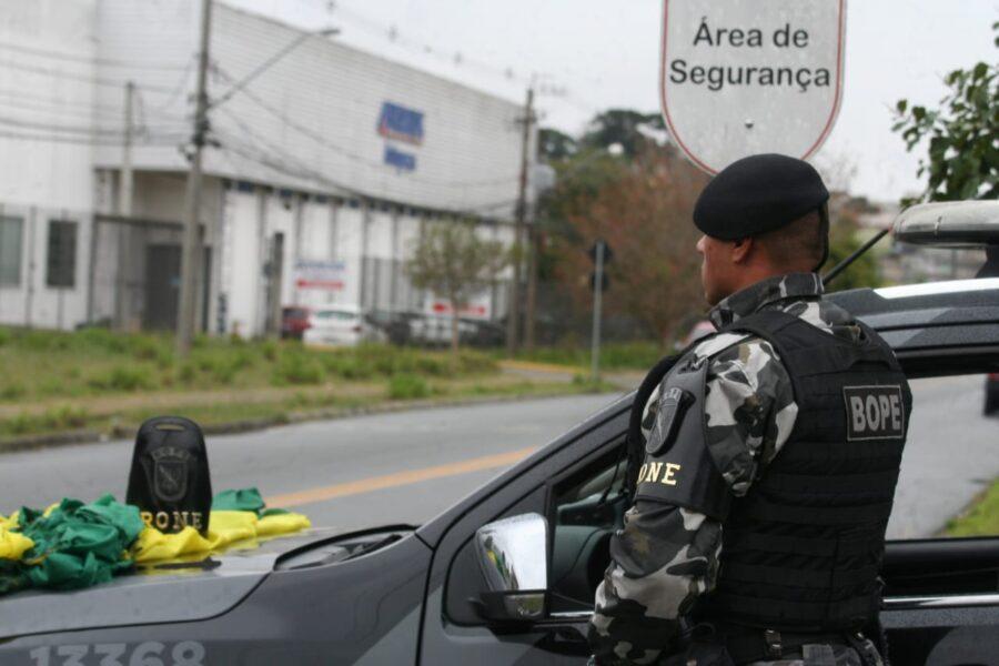 Adolescente é apreendido com a bandeira do Brasil destruída em Curitiba