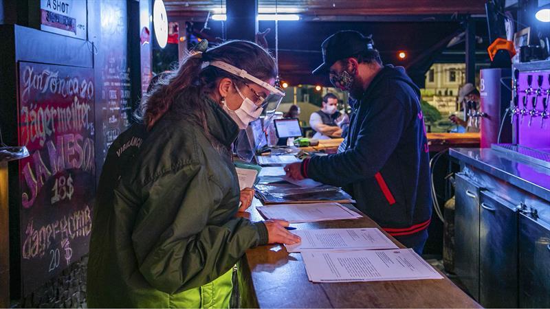 Vereadores de Curitiba pedem restaurantes abertos até às 22h