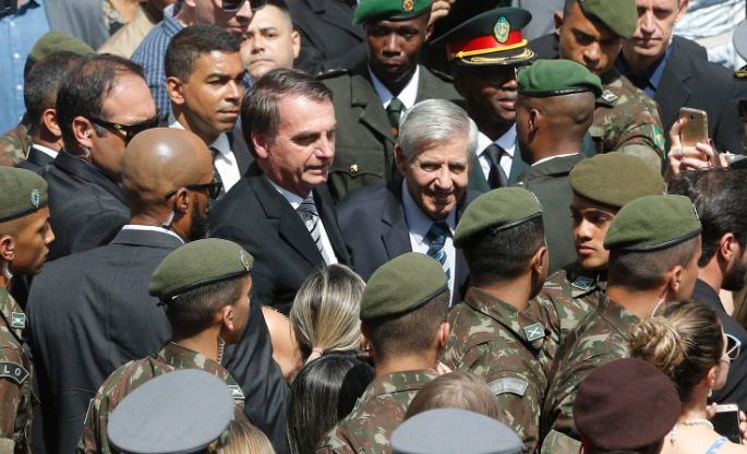 Bolsonaro reajusta bônus para atender militares
