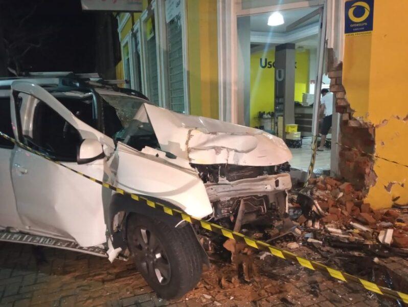 Motorista com habilitação suspensa e sinais de embriaguez colide em comércio ao fugir da polícia