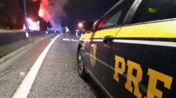 Caminhão pega fogo e causa interdição na BR-376 em Guaratuba