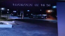 Carro fura sinal vermelho e bate contra ônibus no Juvevê, em Curitiba