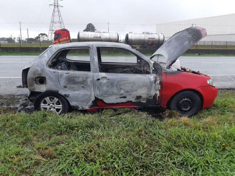 Carro abandonado é encontrado em chamas na BR-116 e intriga polícia