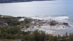 Imagens chocantes mostram oito casas sendo arrastadas para o mar após deslizamento de terra