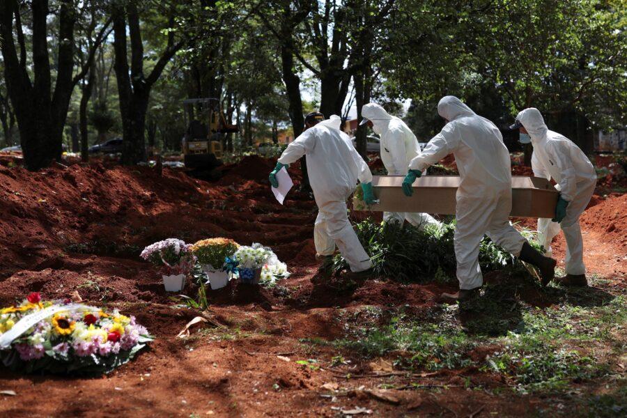 Coronavírus matou 57 mil pessoas desde março no Brasil