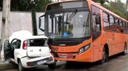 Motorista fica ferida em acidente entre ônibus e carro na capital