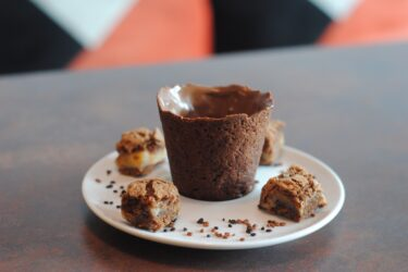 Cafeteria no Centro de Curitiba serve café no copo de brownie