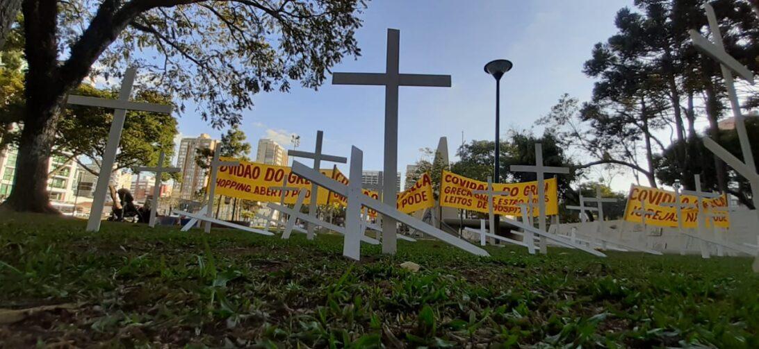 Cruzes são colocadas em praça de Curitiba para protestar e alertar população