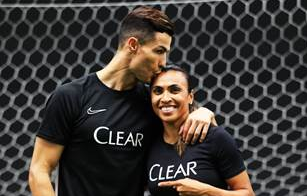 Marta encontra Cristiano Ronaldo e evita falar sobre aposentadoria