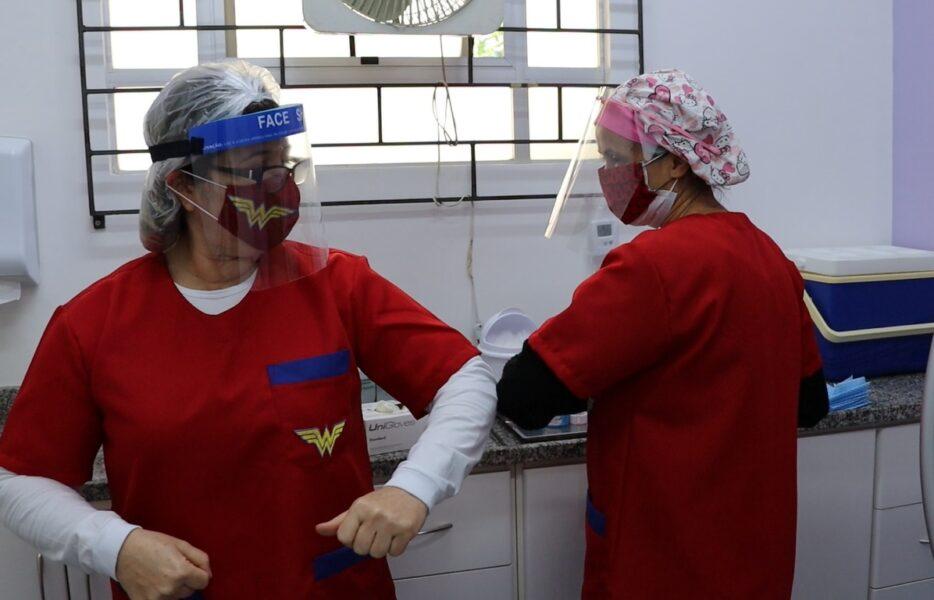 Enfermeiras de Curitiba usam roupas da mulher maravilha para atender pacientes