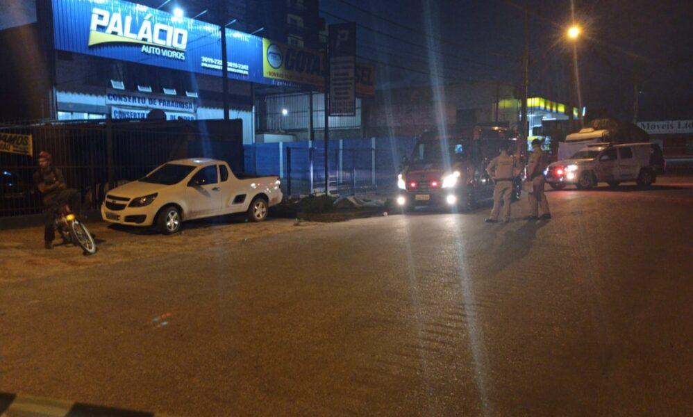 Rapaz é assassinado a tiros em Colombo e disparos ainda atingem dono de oficina que estava trabalhando