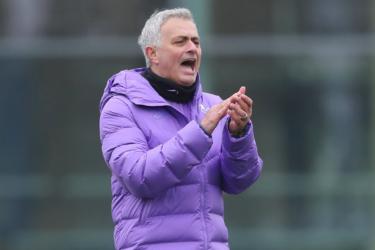 Mourinho é apresentado no Tottenham reconhecendo erros e projetando títulos