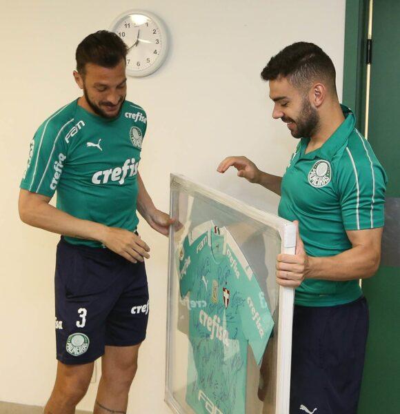 Palmeiras homenageia Dracena com camisa autografada por jogadores