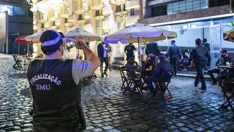 Fiscalização interdita bares e casa de eventos, em Curitiba