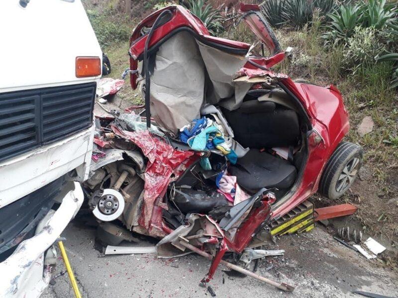 """Bombeiro fala em milagre após resgatar família em carro destruído: """"Único espaço vazio"""""""