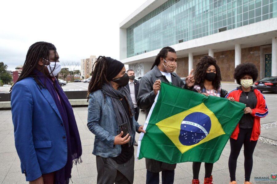 Movimento negro entrega bandeira do Brasil no Palácio Iguaçu e repudia vandalismo