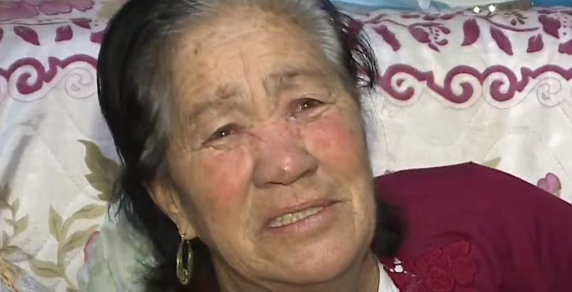 Personagem folclórico de Curitiba, 'Mulher da Cobra' está sem trabalhar e pede por ajuda