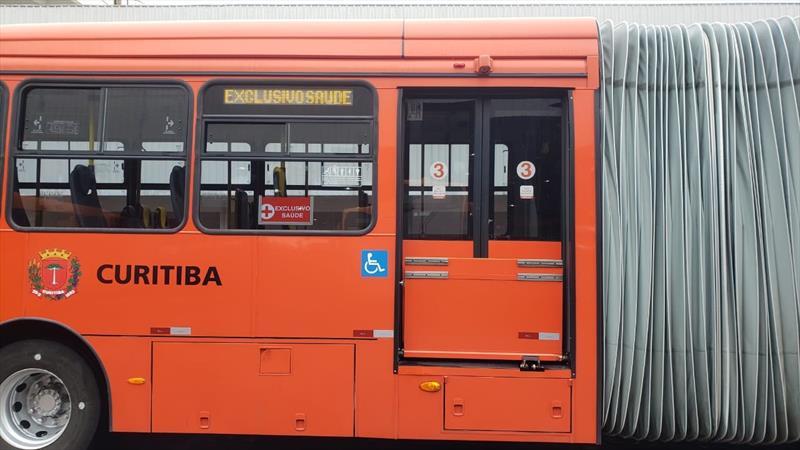 Profissionais de hospitais terão ônibus exclusivos a partir desta segunda-feira (29), em Curitiba