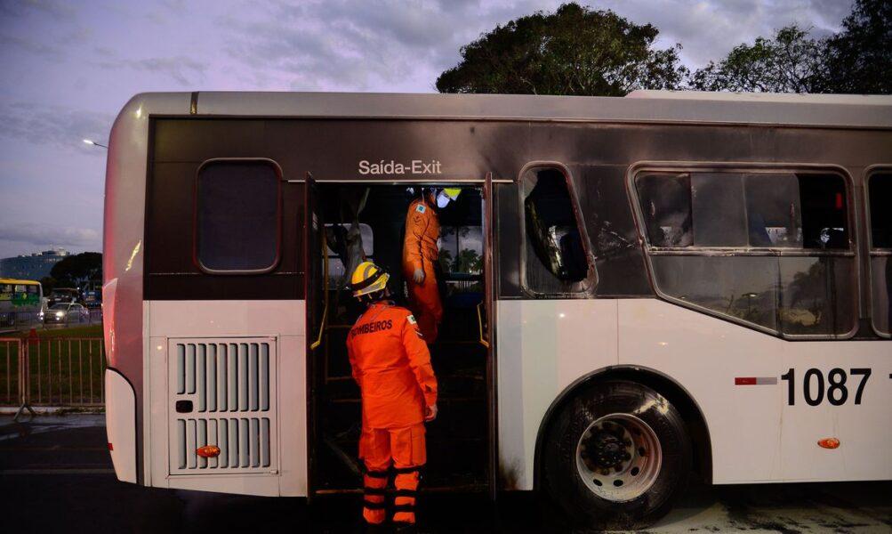 Protestando contra governo federal, homem ateia fogo em ônibus em Brasília