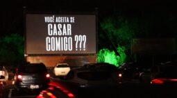 Amor em meio ao caos: jovem pede a namorada em casamento em drive-in de Curitiba