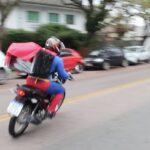 De videochamadas a entrega de pizza, heróis e princesas se reinventam na pandemia