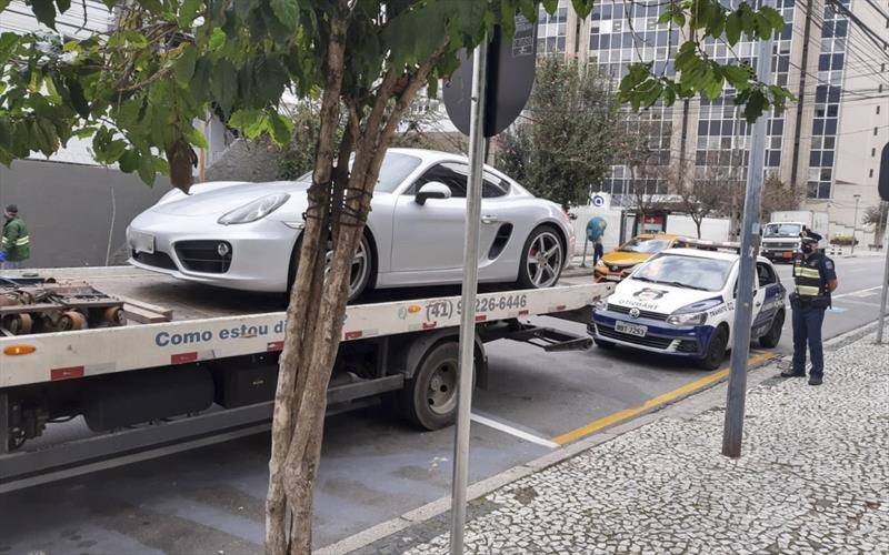 Carro de luxo com mais de R$ 17 mil em débitos é recolhido em Curitiba
