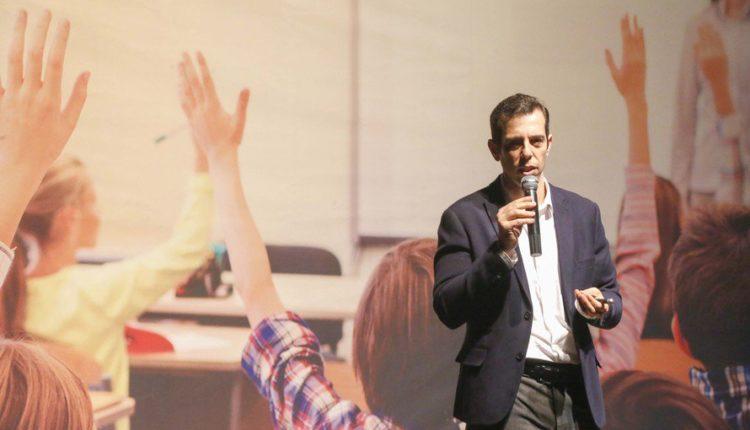 Bolsonaro pede plano de volta às aulas ao secretário de Educação do Paraná