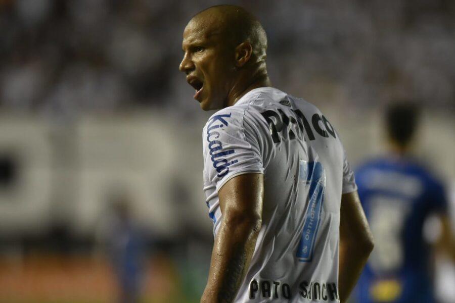 """Carlos Sánchez renova com o Santos até 2023: """"Temos que comemorar a história com um título"""""""