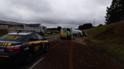Passageiro de carreta morre após veículo capotar em Piraquara