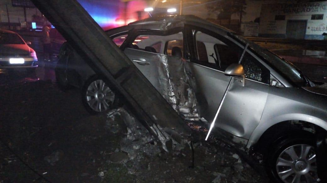 Vídeo registra momento em que carro colide contra poste de energia elétrica em Maringá