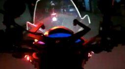 Com habilitação suspensa, motociclista tenta dar fuga da PM em Curitiba, veja o vídeo