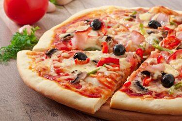 Sommelière prepara seleção de vinhos para celebrar o Dia da Pizza