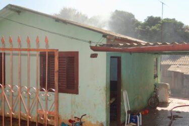 Incêndio destrói casa no Jardim Josiani em Cambé