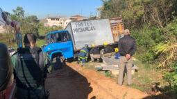 Motorista é atropelado e fica preso embaixo do próprio caminhão em Almirante tamandaré