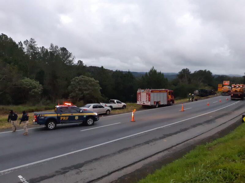 Tombamento de caminhão bloqueia parcialmente a BR-116, na Grande Curitiba