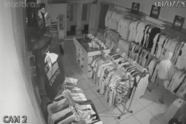 Bandidos fazem a limpa em loja de roupas em frente a delegacia de Curitiba, veja o vídeo