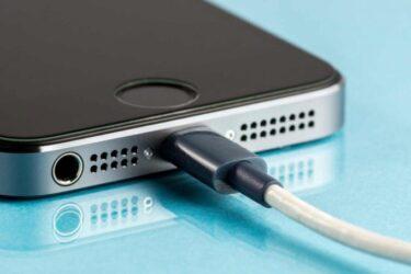 Saiba como reconhecer um carregador de celular falso