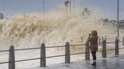 Fenômeno de espuma marítima atinge a África do Sul; vejas as imagens