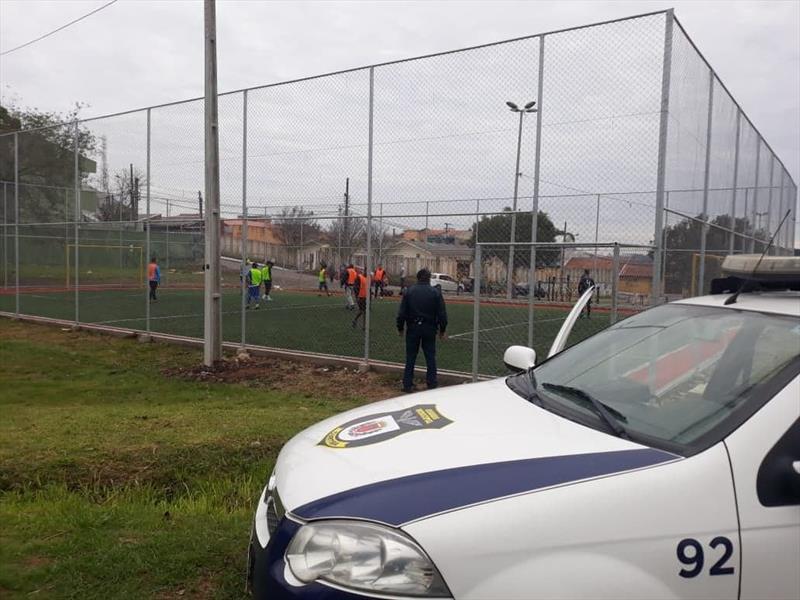 Fiscalização encontra partidas de futebol e mercados abertos neste domingo (5); estabelecimentos foram fechados
