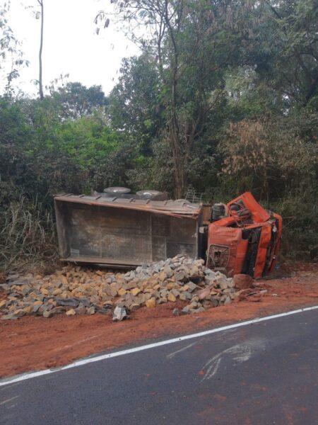 Morre motorista de caminhão tombado próximo a Munhoz de Mello