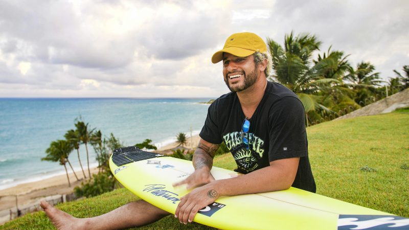 Italo Ferreira surfa com tubarão no Rio de Janeiro