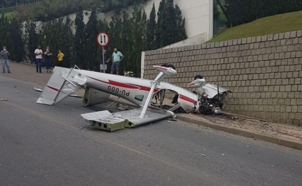 Veja o vídeo do momento em que avião de pequeno porte cai em SC
