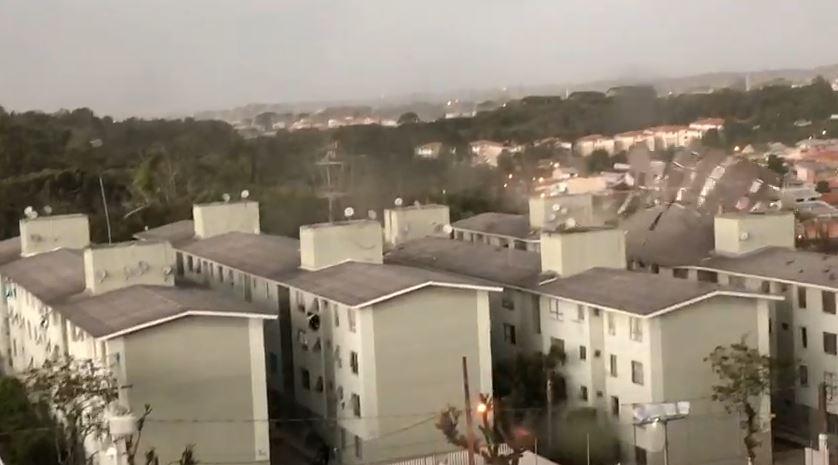 Telhado de condomínio é arrancado durante temporal, em Curitiba